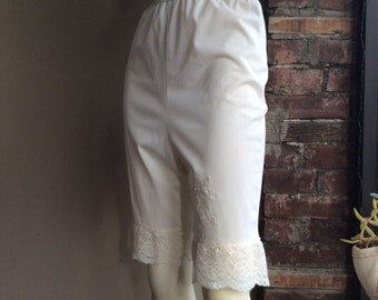 50s 60s White Tap Pants / 50 60's Lace Walking Shorts / 1950s 1960s Lingerie / True Vintage  / Pinup Burlesque Bloomers / Sissy Sweet Bridal