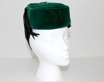 Vintage 1940s 1950s Toque Emerald Green Velvet Hat with Mini Bow and cascading Raven Feathers