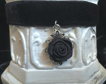 Choker collar necklace made of black velvet with rose in silver version