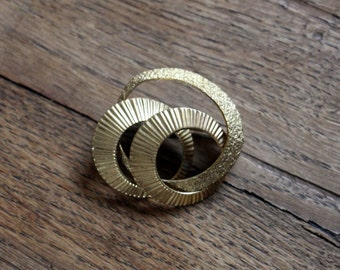 Vintage gold-colored Brooch of bullion-* free shipping *