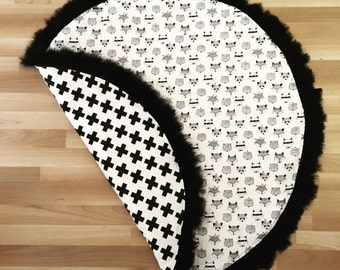 Monochrome padded Playmat with plush feather trim