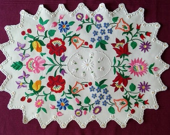 Beautiful Hungarian hand embroidered Kalocsai floral linen table runner