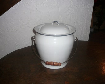 Granite ware chamber pot with lid