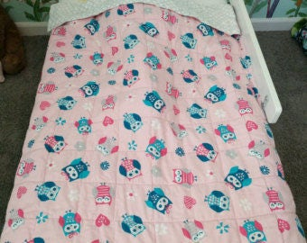 Very adorable Crib/toddler size pink owl and gray quatrefoil weighted blanket weighs 4.2 pounds measures 32x49