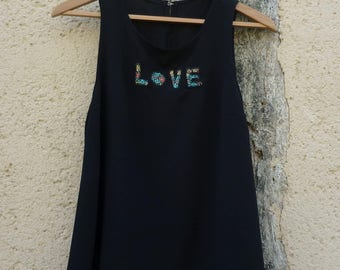 Top without sleeves, with inscription love