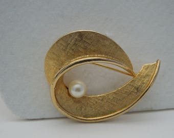 Brooch Signed Capri with Genuine Cultured Pearl Gold Tone Swirl 1960's Vintage