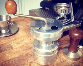 Superbe quality coffee grinder, perfect grip in hand, fully working !