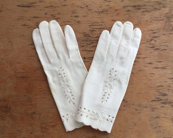 Vintage 1950s white leather short gloves with embroidery. Perfect condition and in original sleeve.