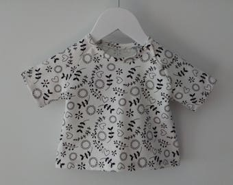 10% discount already applied-T-shirts in elastic cotton printed with flowers and hearts, in the neck metal clasp, handmade baby clothes
