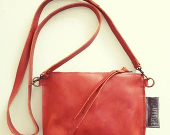 Rust brown leather handbag with metal zipper and details in bronze. Size 18 x 24.5 x 2 cm