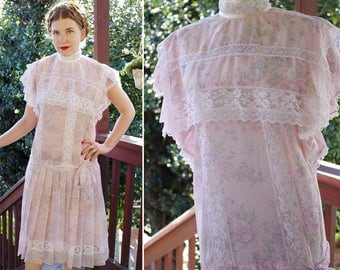La FLEUR 1980's Does 20's Vintage Pastel Pink Cotton Floral Dress w/ Lace Edges + High Collar // size 9 Small Med // by GUNNE Sax