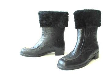 Retro vintage 60s black genuine rubber , show-rain boots with a black faux fur cuff. Made in USA.Size8.