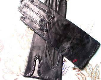Mod vintage 60s, black, kid, gloosy , short gloves with asymmetric slit. Made by Alexette for Marshal Field. Size 6 1/2. Mint Condition.