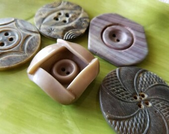 Vintage Buttons -Mid Century Modern mix of celluloid  lot of 5 and old and sweet(feb358 17)