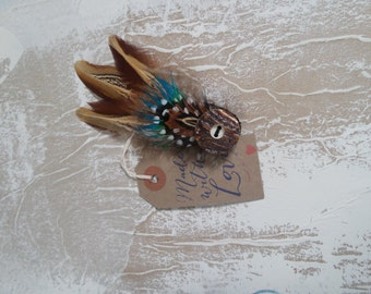 Feather brooch with stag horn button