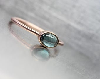 Indicolite Tourmaline 14K Rose Gold Ring Stackable Modern Delicate Steel Blue Rose Pink Color Brazilian Gemstone Oval Cabochon - Petrolblau