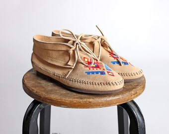 Vintage Embroidered Minnetonka Moccasin Ankle Booties - Leather Flat Shoe Moccasins Flats Navajo Fringe Brown Tan Red Blue - Size 6 1/2
