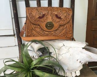 v i n t a g e Hand Tooled Leather Purse . Southwest Style . Bohemian Bag . Crossbody/Shoulder. Desert Vibes . Artistry in Leather