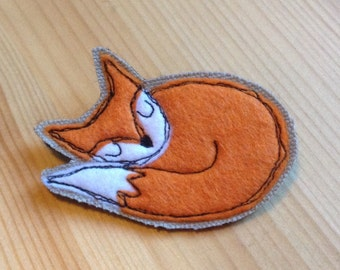 Sleepy fox brooch, applique pin, embroidered brooch, fox brooch, felt brooch pin, fox lover gift, made in Scotland