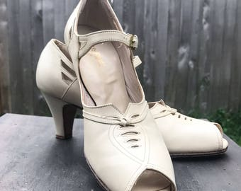 Vintage 1930s Ivory Leather Peep Toe Heels / Size 6.5