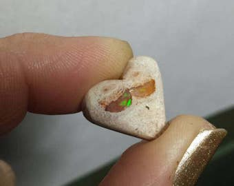 Heart shaped Opal Cabachon. Mexican opal. Unique. Jewlery making. Green flash.