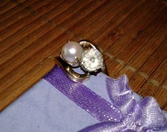 18 Karat Gold Ring  Pearl Topaz Size 7 Vintage