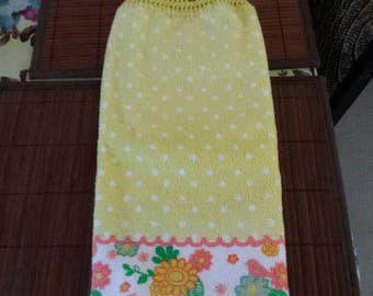 Kitchen tea towel with crocheted top