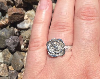 Pretty sterling silver flower ring