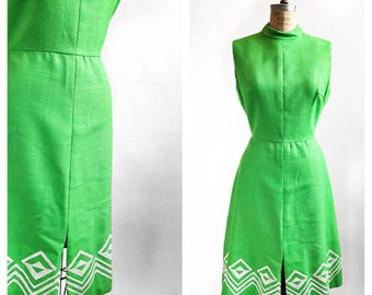 1960's Suzy Perette by Victor Costa kelly green embroidered shift dress. Size M.