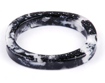 Oval resin bangle, black an white marbled, Ø 7 cm / 2,75 in