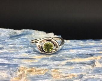 Peridot Ring // 925 Sterling Silver // Round Setting // Green Peridot Ring