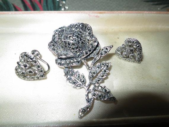 Lovely vintage 1950s silvertone marcasite rose brooch and screw on heart earrings