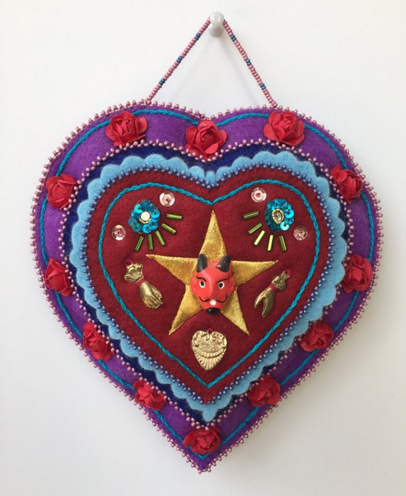 Bordado a mano fieltro colgante de pared en forma de corazón. Talismán, mágico, corte, costura, uno de una clase decoración hogar