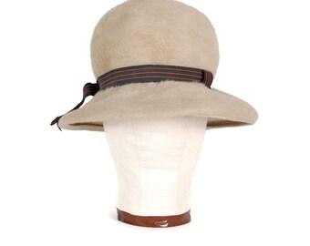 1950s Hat Beige Hat Beaver Fur Felt Beige Cloche with Gros Grain Ribbon Vintage 50s Off White Hat Cream Hat Winter White Hat