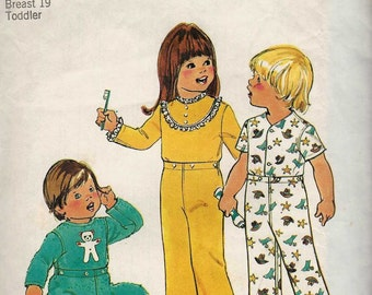 """SEWING Simplicity 7067 Toddler pajamas tops and bottoms sleeper pyjamas waist snap fastening with/out feet Size 1/2 Breast 19"""" uncut"""