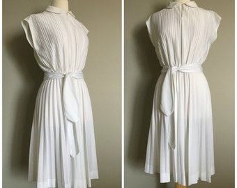 Vintage 1970s PLEATED WHITE Dress/Midi Dress/Belted Dress/size Small-Medium