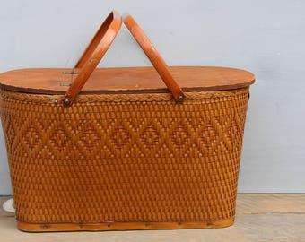Vintage Picnic Basket / Large Brown Picnic Basket / Home Decor Basket / Farmhouse Decor Basket / Picnic Basket for Outdoor Wedding Prop