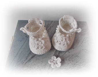 Baby white shoes Crochet baby shoes with pearl Baby shower Newborn baby shoes Baby girls shoes Knit baby shoes