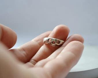 Memento mori slim // Silver skull band ring