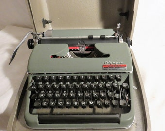 Olympia SM3 Manual Typewriter, 1940s Working Manual Typewriter with Key and Case, Hardcase Green Portable Olympia Model 8, Vintage Office