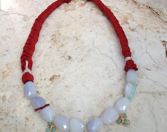Short necklace made with natural chalcedonies and sari silk braids. Details in goldfilled and amazonite. 45 cm.