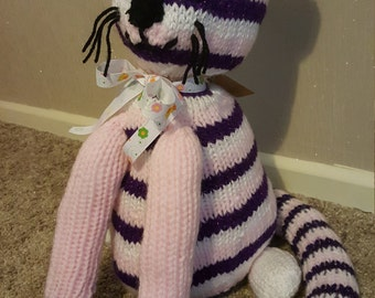 Knitted sitting cat