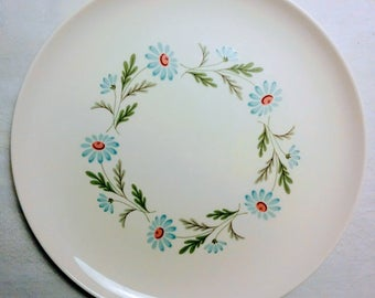 Taylor, Smith & Taylor Versatile Ring of Blue Daisies Dinner Plate