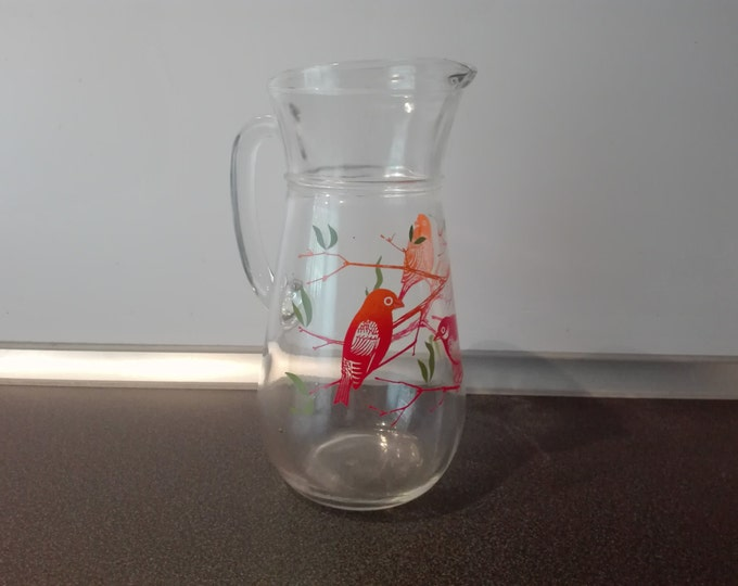 Glas pitcher with birds.