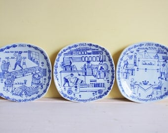 Stavangerflint, set of 3 annual plates, 1961, 1963 and 1964, design by Kari Nyquist, F.J.C. Veerman, pottery, tableware, wall plate, Norway