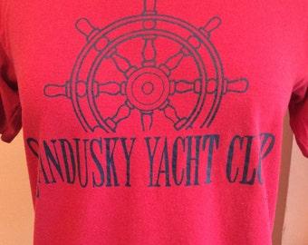 80s T-Shirt, Sandusky Yacht Club, Tourist, Sailboat (B098)