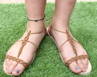 Sandals in macrame with esparto soles.