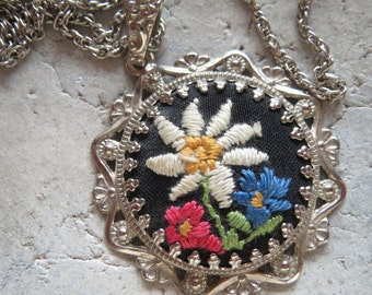 Edelweiß-Kette-50 years, embroidered trailer, costume jewelry, Bavaria, vintage Kette-Vintage costume jewelry embroidery Anhgänger