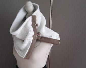 Echarpe snood hiver homme blanc, boutonnage cuir.
