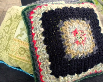 Decorative Häkel-pillow Green Black Red Granny square wool fabric DIY vintage look